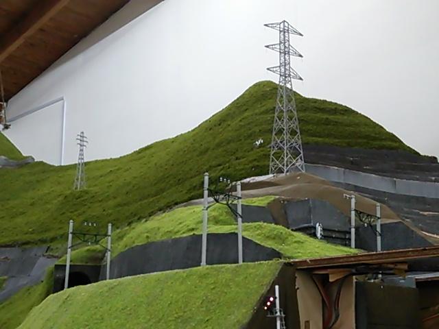 山の高圧鉄塔